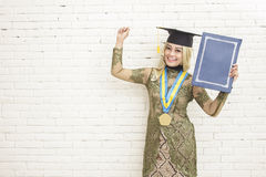 Erfolg der tragenden Tradition der abgestuften indonesischen Studentin lizenzfreie stockbilder