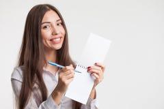 Erfolg im Geschäfts-, Job- und Bildungskonzept Porträt der jungen schönen Geschäftsfrau mit Klemmbrettschreiben, auf weißem backg stockfoto