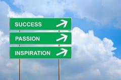 Erfolg, Leidenschaft und Inspiration auf grünem Verkehrsschild Lizenzfreies Stockfoto