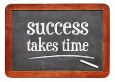 Erfolg nimmt Zeit inspirierend Text auf Tafel stockfotos