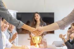 Erfolg und Glück Team Concept, Abschluss oben des Geschäftsmannes und lizenzfreie stockfotografie