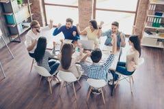 Erfolg und Teamarbeitskonzept Schichten Sie vom Team von Geschäft partne auf stockfotografie