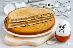 Erfolgloser Keks, schlecht gebackener Schwammkuchen lizenzfreies stockfoto