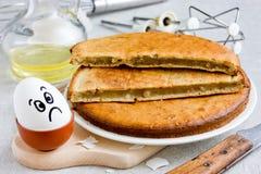 Erfolgloser Keks, schlecht gebackener Schwammkuchen, der nicht gestiegen ist stockfoto