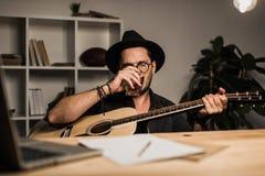Erfolgloser Musiker, der allein trinkt Lizenzfreie Stockfotografie