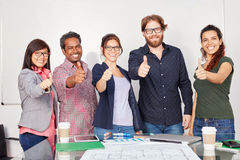 Erfolgreich beginnen Sie oben Team mit den Daumen oben Lizenzfreie Stockfotos