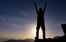 Erfolgreich, entschlossen und entschlossen Bergsteigenunterstützung auf den Felsen stockfotos