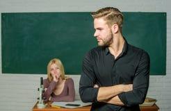Erfolgreich graduiert Jugendf?rderung Mann pflegte gut attraktiven Lehrer vor Klassenzimmer Besessen gewesen mit stockfoto