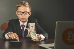 Erfolgreich Jungeneinkommengeld mit bitcoin cryptocurrency Lizenzfreies Stockbild