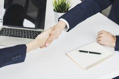 Erfolgreich verhandeln Sie oder Gesellschaft der Partnerschaft, Leutehände lizenzfreies stockfoto