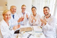 Erfolgreiche applaudierende Doktoren lizenzfreies stockbild