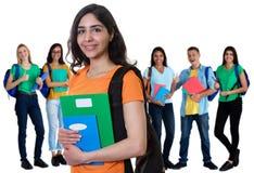 Erfolgreiche arabische Studentin mit Gruppe Studenten lizenzfreies stockfoto