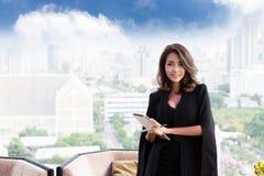 Erfolgreiche Arbeitskraft Lächelnde Geschäftsfrau Stockbild