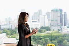 Erfolgreiche Arbeitskraft Lächelnde Geschäftsfrau Stockfoto