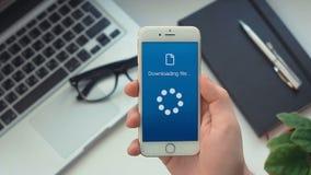 Erfolgreiche Downloadingdateien auf einem Smartphone stock video footage