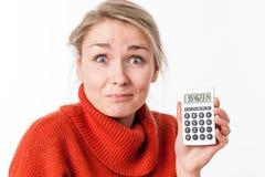 Erfolgreiche Einsparungen für lustige junge blonde Frau mit Taschenrechner Lizenzfreie Stockfotografie