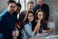 Erfolgreiche Firma mit glücklichen Arbeitskräften stockfotografie