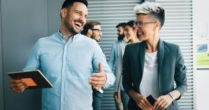 Erfolgreiche Firma mit glücklichen Arbeitskräften stockbilder