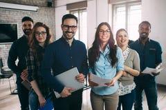 Erfolgreiche Firma mit glücklichen Arbeitskräften lizenzfreie stockfotos