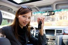Erfolgreiche Frau mit Tasten vom Auto Stockbild
