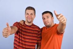 Erfolgreiche Freunde geben Daumen auf Stockfoto