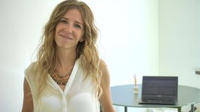 Erfolgreiche Geschäftsfrau, die beim Bürolächeln arbeitet stock footage