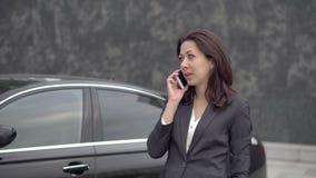 Erfolgreiche Geschäftsfrau, die am Handy spricht stock footage
