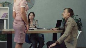 Erfolgreiche Geschäftsfrau, die in ihrem Büro arbeitet stock footage
