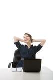 Erfolgreiche Geschäftsfrau, die an ihrem Schreibtisch sich entspannt Stockfotos