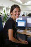 Erfolgreiche Geschäftsfrau, die im Büro arbeitet stockfotografie