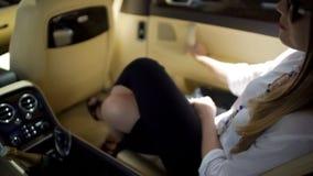 Erfolgreiche Geschäftsfrau, die im teuren Auto, Luxuslebensstil, Ferien sitzt lizenzfreie stockfotos