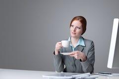 Erfolgreiche Geschäftsfrau, die Kaffeepause hat stockfotografie