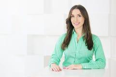 Erfolgreiche Geschäftsfrau, die Kamera betrachtet Attraktives zufälliges y Stockfoto
