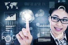 Erfolgreiche Geschäftsfrau, die Knopf des virtuellen Schirmes bedrängt Lizenzfreie Stockfotos