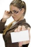 Erfolgreiche Geschäftsfrau, die mit Besuchskarte aufwirft Lizenzfreie Stockfotos