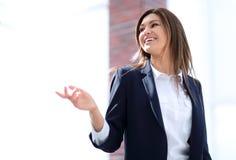 Erfolgreiche Geschäftsfrau, die mit einem Kollegen spricht lizenzfreies stockbild