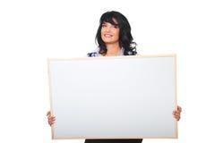 Erfolgreiche Geschäftsfrau, die unbelegtes Schild anhält Lizenzfreies Stockbild