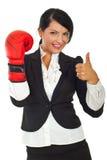 Erfolgreiche Geschäftsfrau mit Verpackenhandschuh Lizenzfreie Stockfotos