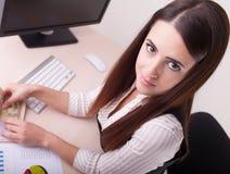 Erfolgreiche Geschäftsfrauen Überzeugte Frau, die an ihrem Arbeiten sitzt Stockbild