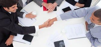 Erfolgreiche Geschäftsleute, die ein Abkommen schließen Stockbild