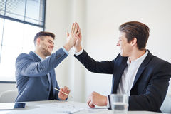 Erfolgreiche Geschäftsleute, die Hoch fünf geben stockbild