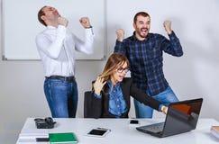 Erfolgreiche Geschäftsleute Hände oben Stockbild