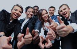 Erfolgreiche Geschäftsleute mit den Daumen up und Lächeln Stockfotografie