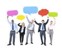 Erfolgreiche Geschäftsleute mit Sprache-Blasen Stockfotografie