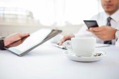 Erfolgreiche Geschäftsmänner essen einen Business-Lunch herein zu Mittag lizenzfreie stockbilder