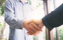 Erfolgreiche Geschäftsmannhanderschütterung Stockfotos