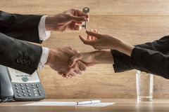 Erfolgreiche Geschäftsvereinbarung - Immobilienagentur und neues weibliches Haus lizenzfreie stockfotografie