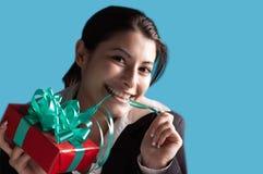 Erfolgreiche Geschäftsfrau mit einem Geschenk Stockfoto