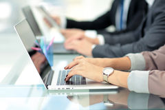 Erfolgreiche Geschäftsgruppe, die im Büro arbeitet Lizenzfreies Stockfoto