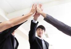 Erfolgreiche Geschäftsleute Gruppenfeiern Lizenzfreies Stockfoto
